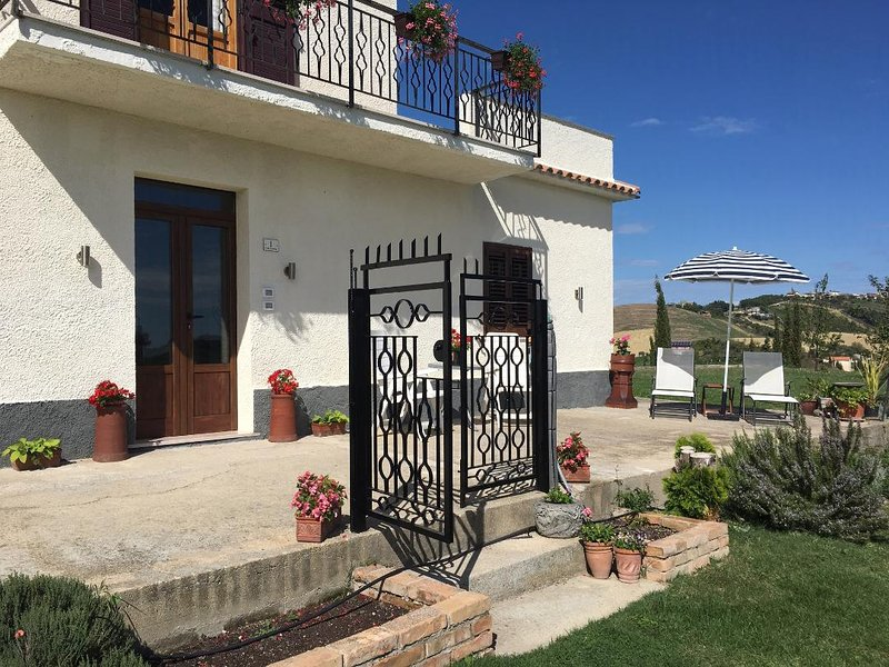 Casa Belfi with stunning views of the mountains, location de vacances à Castilenti