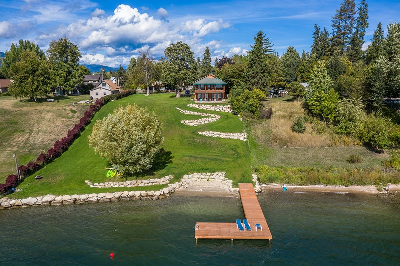 Spacious lakefront home w/ 200 ft of lake frontage & great views, vacation rental in Kootenai
