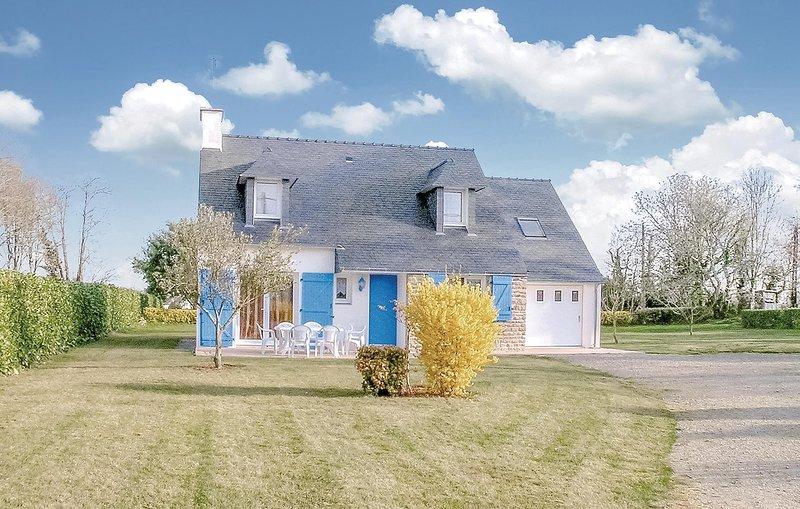 Stunning home in Concarneau with 3 Bedrooms (FBF427), location de vacances à Rosporden