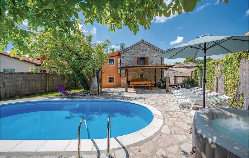 Beautiful home in Pazin with WiFi, 3 Bedrooms and Jacuzzi (CIL929), holiday rental in Lindar