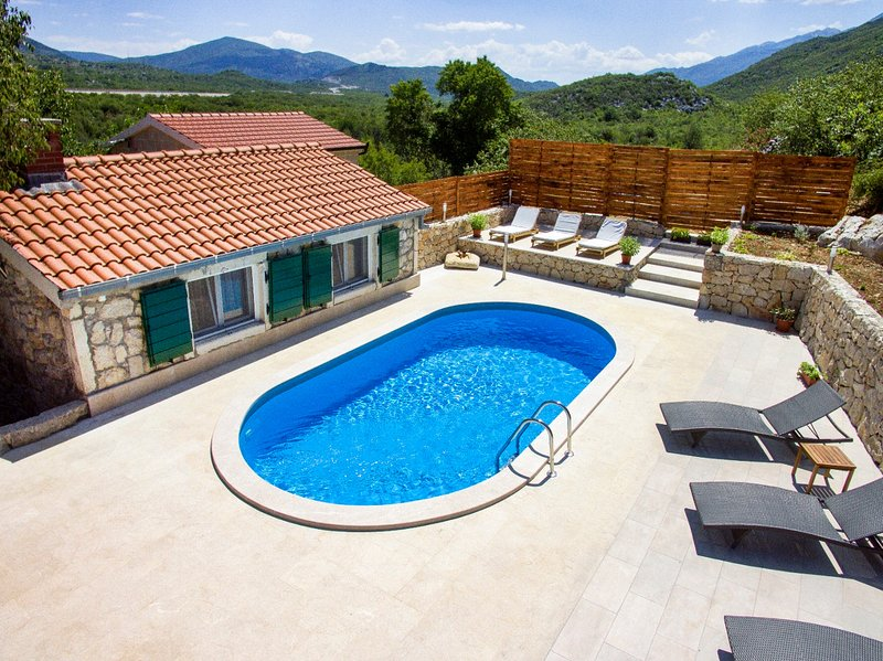 [First Minute %] Stone houses with swimming pool for 12 people, alquiler de vacaciones en Makarska