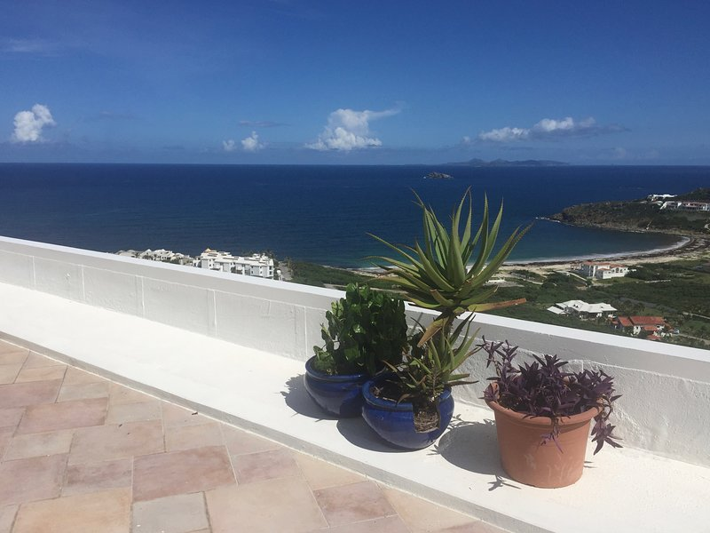 Guana Bay Hillside Condo with stunning views, holiday rental in Philipsburg