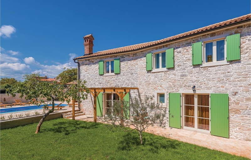 Stunning home in Krnica with Outdoor swimming pool, Outdoor swimming pool and 4, casa vacanza a Peruski
