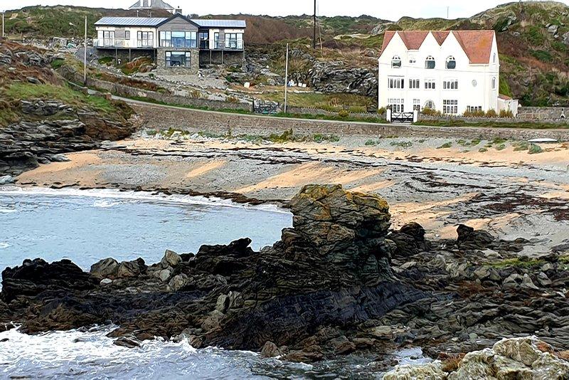 Gwynfa, Beach Front Tasteful ground floor apartment, 3 bedrooms 2 bathrooms, location de vacances à Trearddur Bay
