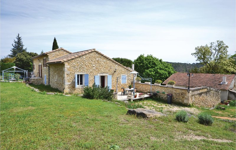 Beautiful home in Bollène with Outdoor swimming pool, WiFi and Outdoor swimming, location de vacances à Chabrières