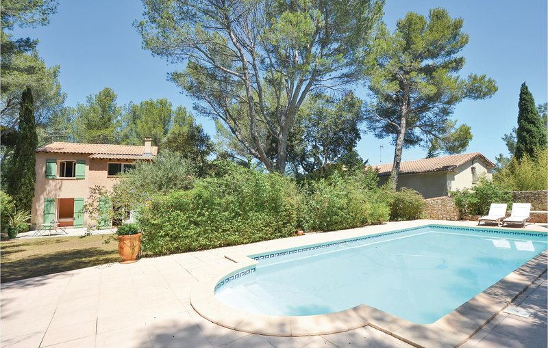 Nice home in Nîmes with Outdoor swimming pool, WiFi and 4 Bedrooms (FLG495), holiday rental in Caveirac