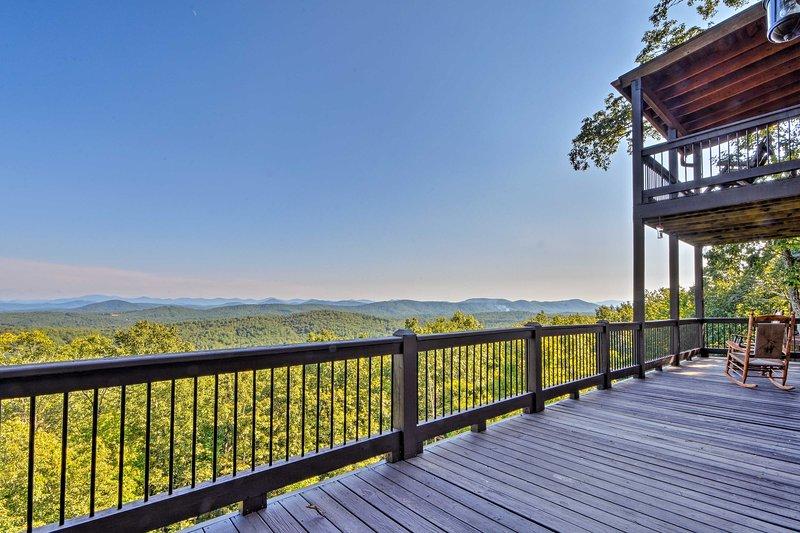 Ser fram emot att vakna upp till denna fantastiska panoramautsikt över bergen varje dag.