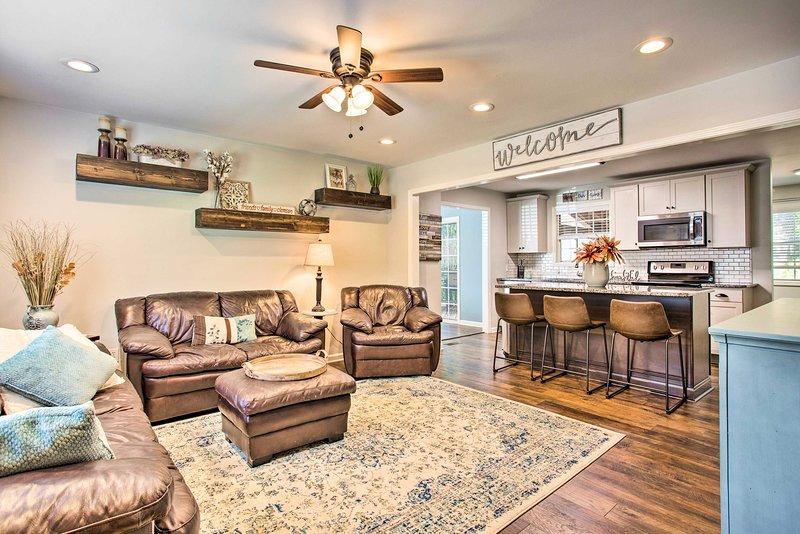 Modern Home w/ Yard+Deck, 1 Mi. to Clemson U!, location de vacances à Clemson