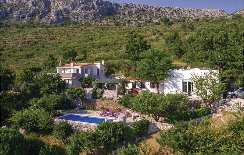 Stunning home in Klis with WiFi and 3 Bedrooms (CDE040), holiday rental in Klis