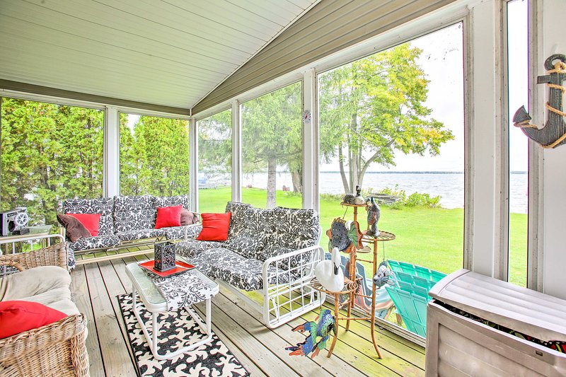 Houghton Lake House w/Fire Pit - 2 Mi to Trails!, holiday rental in Falmouth