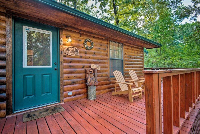 Serene Broken Bow Cabin w/ Hot Tub + Fire Pit, holiday rental in Hochatown