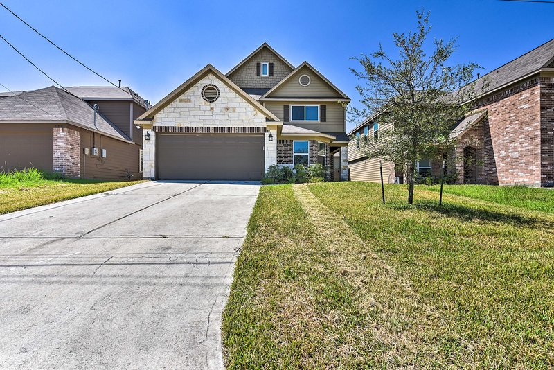 Reserve this quaint Conroe home now for a memorable getaway!