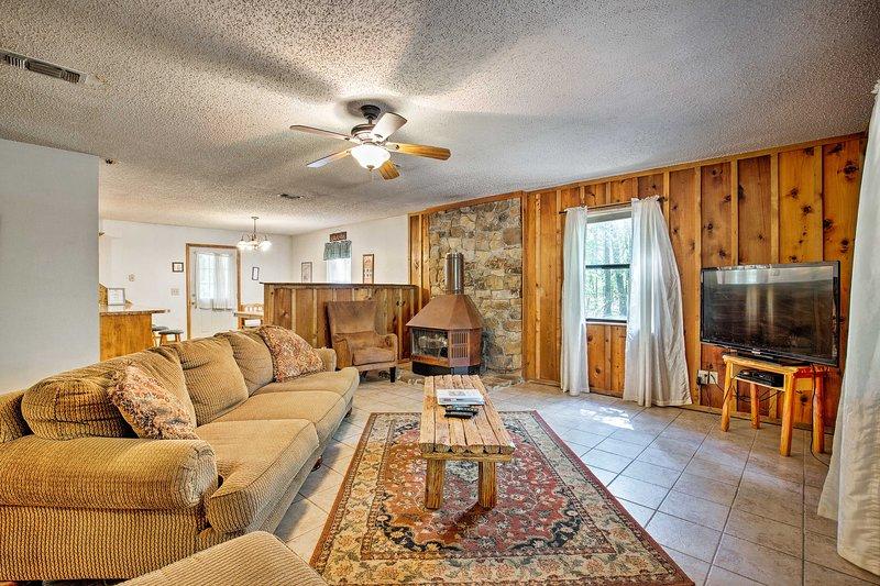 Réservez un séjour dans cette cabane de 3 chambres à coucher et 2 salles de bain.