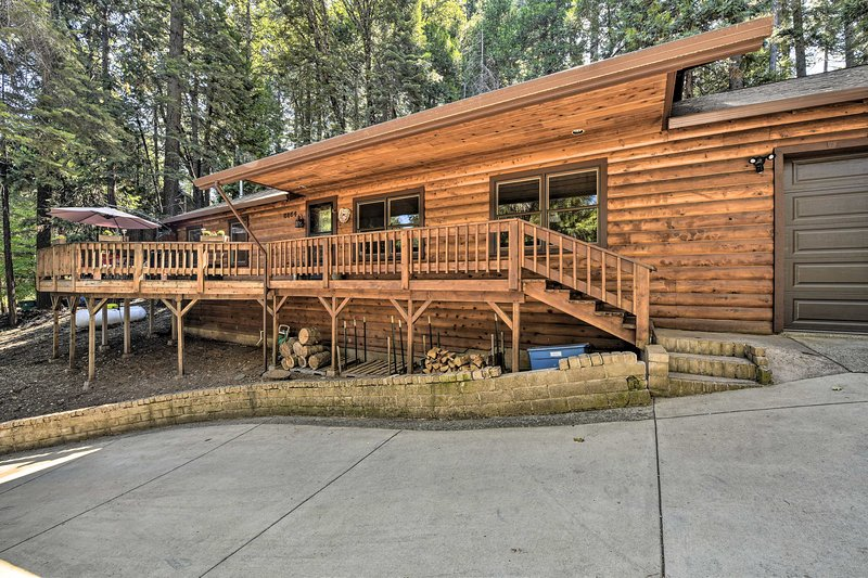 Cozy Pollock Pines Resort Cabin 11Mi to Apple Hill, holiday rental in Pollock Pines