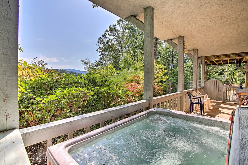 Blue Ridge 'Bearadise Found' w/Decks+Hot Tub!, vacation rental in Cherrylog