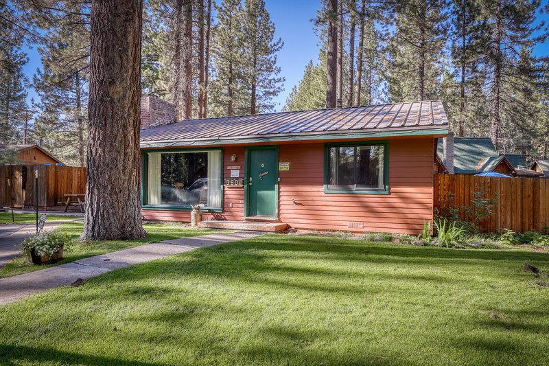 Dog-friendly cottage w/ shared hot tub and cozy gas fireplace, vacation rental in Markleeville