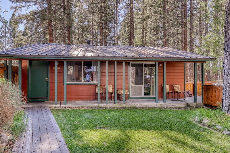 Dog-friendly w/ shared hot tub, fireplace, fenced grounds! Lake Tahoe nearby!, vacation rental in Markleeville