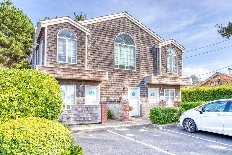 Spacious, dog-friendly fourplex w/ close beach access & room for a group!, location de vacances à Cannon Beach