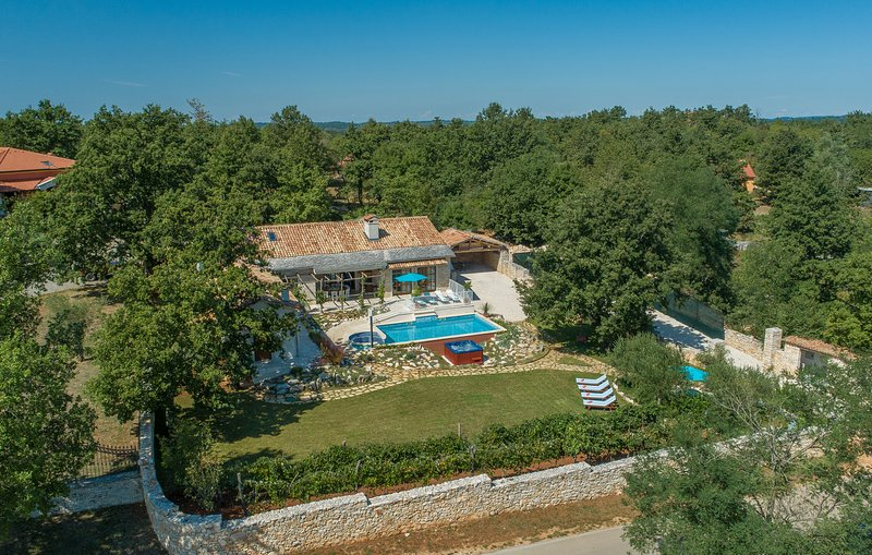 New villa with private pool in central Istria 5*, vacation rental in Pazin