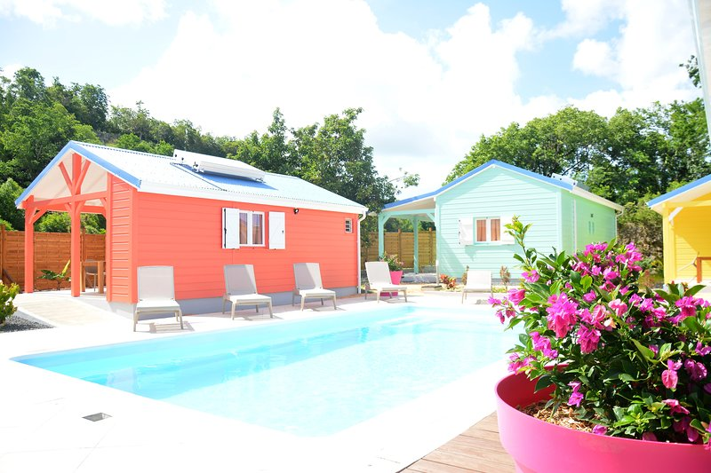 Nice bungalow with pool access, aluguéis de temporada em Les Abymes