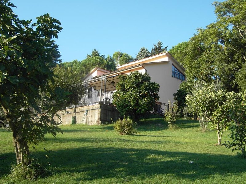 Nice apt with garden & terrace, vacation rental in Castellaccio