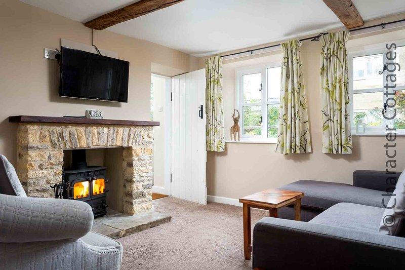 Das gemütliche Wohnzimmer hat viel traditionellen Charakter, darunter freiliegende ...