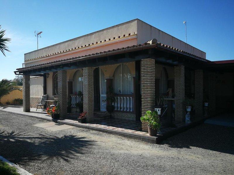 Spacious house with garden & Wifi, holiday rental in Los Palacios y Villafranca