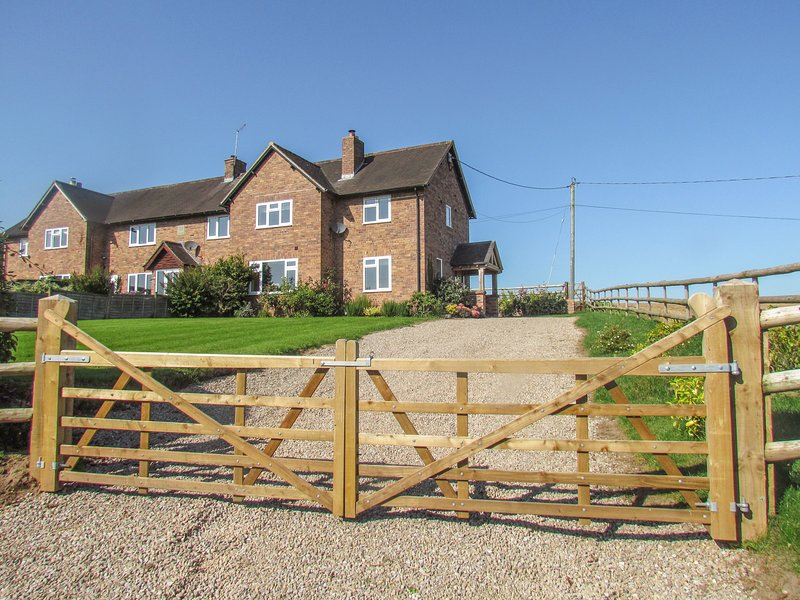 BIG HILL COTTAGE, hot tub, WiFi near Ellesmere, holiday rental in Burlton