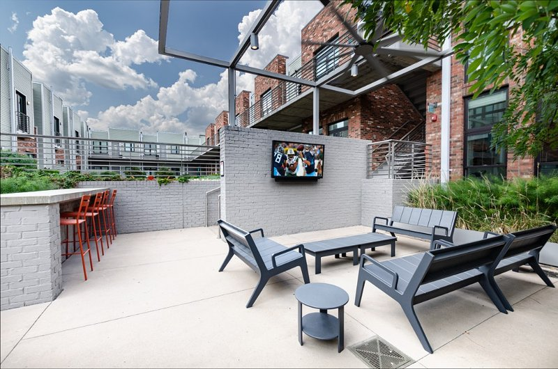 Urban Family Vacation: 2BR Condo with Amenities, holiday rental in Nashville
