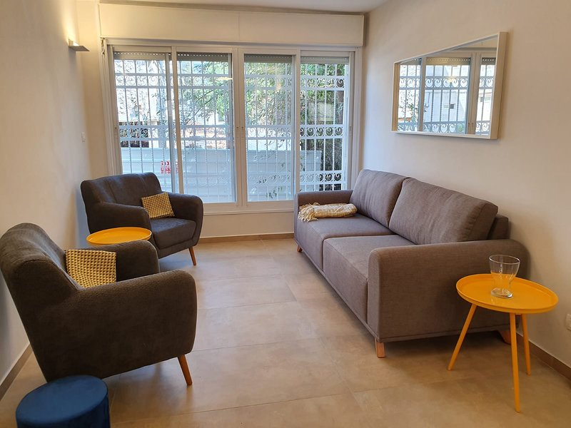 BEAUTIFULLY RENOVATED 3 BDRM KOSHER APT IN BAKA, vacation rental in Beit Sahour