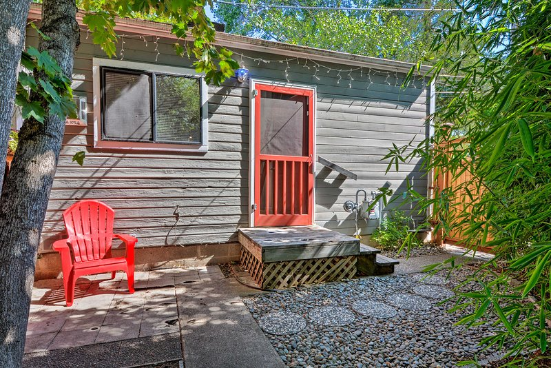 NEW! Cottage w/Fireplace, Walk to Downtown Ashland, casa vacanza a Ashland