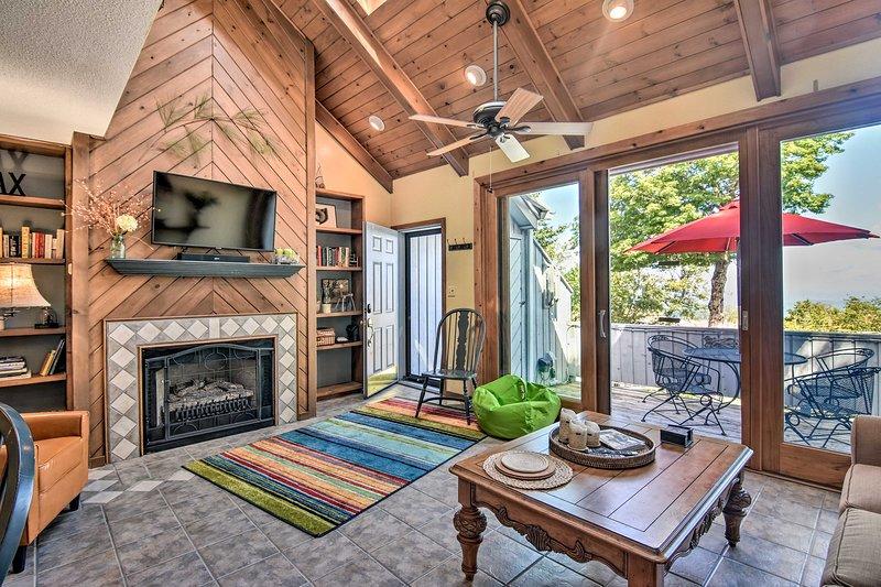 ¡Reserve su viaje de esquí en Beech Mountain a esta espaciosa residencia de 2 dormitorios y 2 baños!