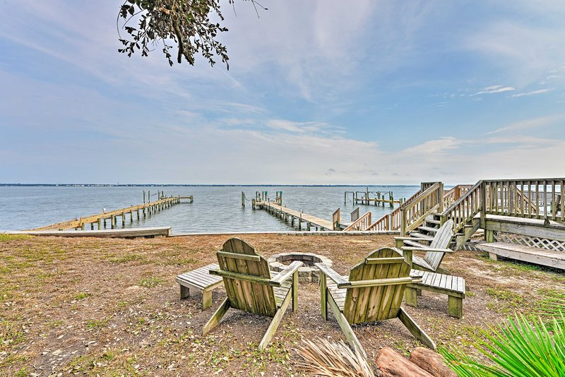 Waterfront Emerald Isle Home w/ Dock Access!, location de vacances à Île d'Émeraude