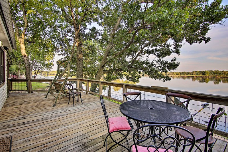 'Leisure Land' Cottage w/ Deck on Grand Lake!, aluguéis de temporada em Spavinaw