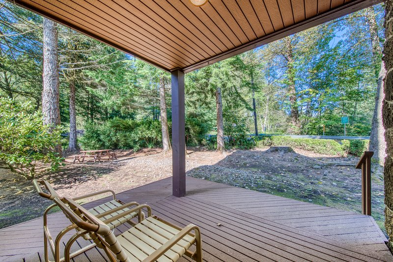 Dog-friendly home w/ shared pool & sauna, nearby golf, and private W/D!, vacation rental in Welches