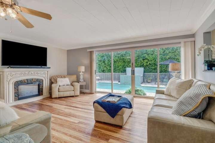 La casa è decorata con tonalità fresche e neutre con splendidi pavimenti in legno e abbagliante luce solare della Florida che scorre in tutto.