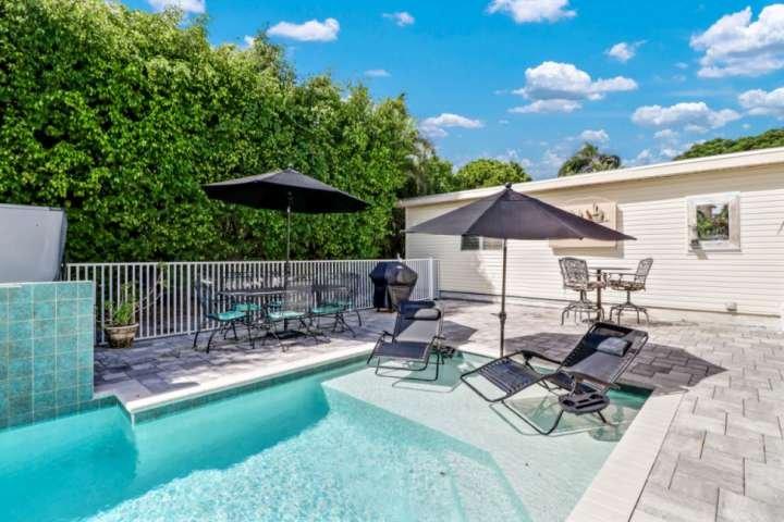 Vieni a goderti un piccolo angolo di paradiso nella tua oasi privata: giorni pigri a bordo piscina riscaldata e serate nella vasca idromassaggio ti aspettano!