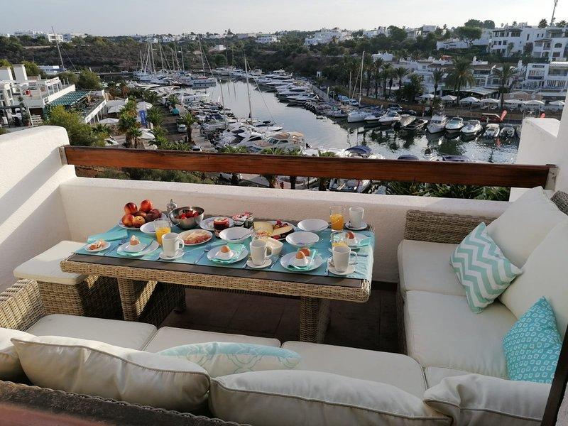Colazione sulla terrazza con vista sul porto turistico di Cala d'Or.