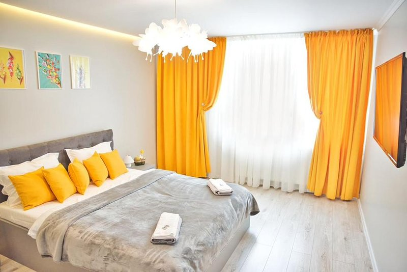 DOWNTOWN Ultracentral Apartment by Citylife Suites, holiday rental in Tarcau