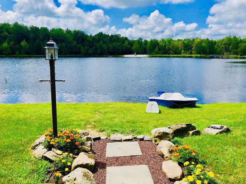 ⛱⛰⛷ Mt. Maplewood Lake House ★ Hot Tub, Fireplace, 4-Season Lake View -, holiday rental in Blakeslee