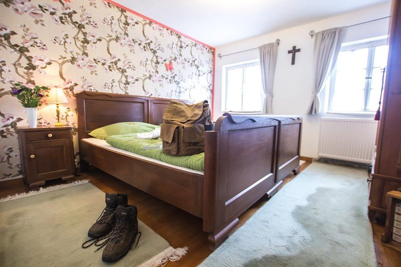 Ferienhaus Maxels Residenz für max. 10 Personen, Wandern, Motorradfahren, Natur, holiday rental in Irrhausen