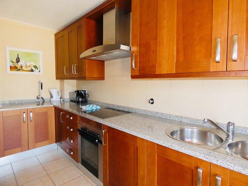 La cucina ben attrezzata e spaziosa.