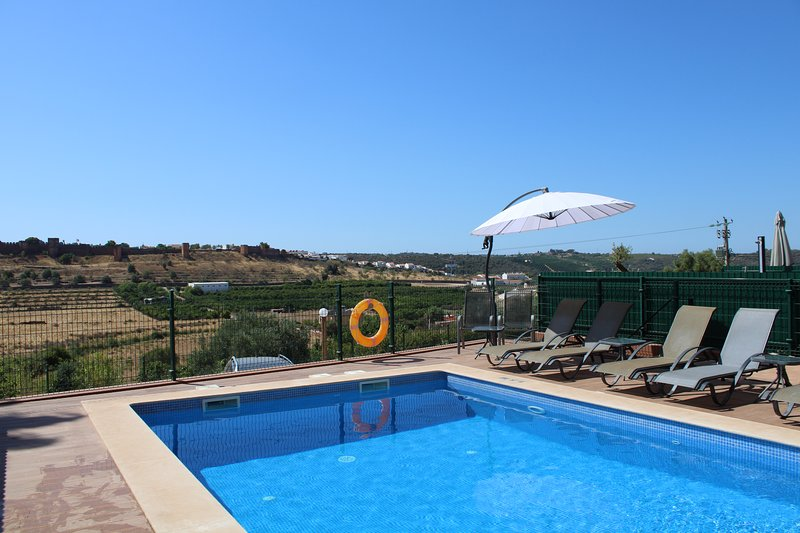 Townhouse | Private swimming pool | Overlooking Silves castle, Ferienwohnung in Silves