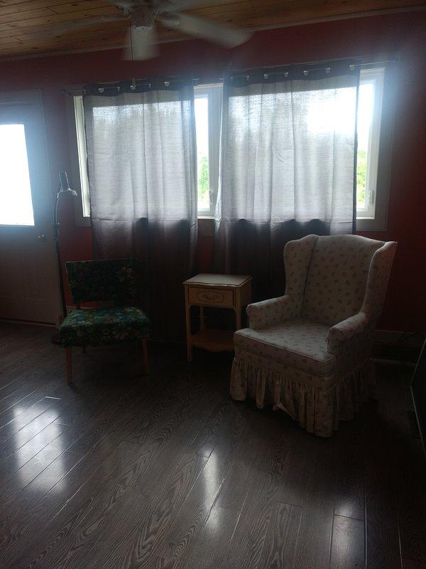 Sala de estar y puerta de la terraza privada.