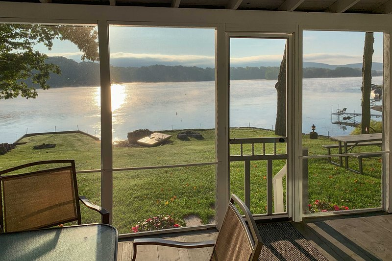 Family Lake Home: Paddleboards, Kayaks & Fire Pit!, holiday rental in Ridgemont