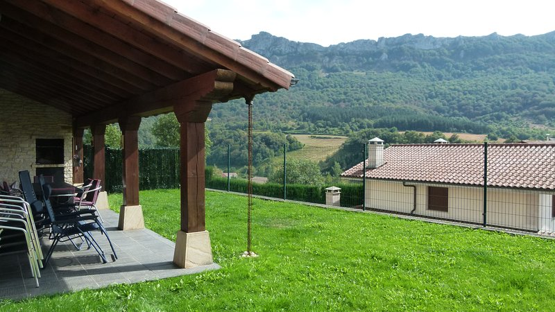 Amazing house with mountain view, vacation rental in Urdiain