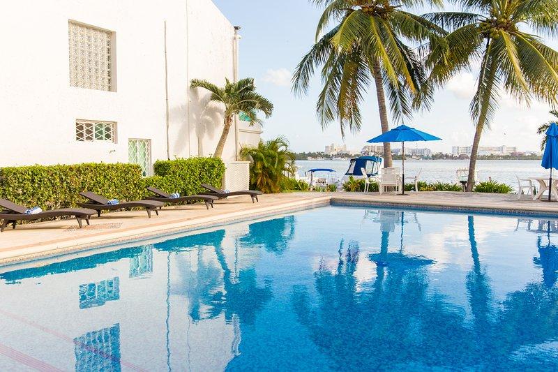Zona piscina con lettini e vista.