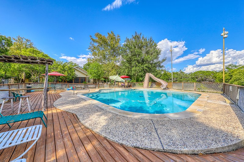 Dog-friendly lodge w/ a shared pool & furnished deck, holiday rental in Ingram