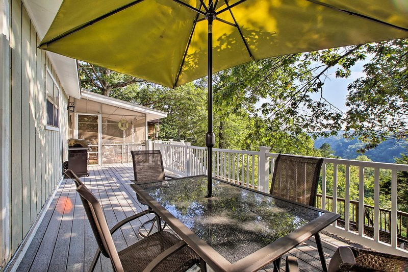 Hillside Rogers Cottage w/ Beaver Lake Views!, holiday rental in Rogers