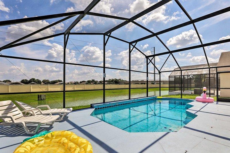 Disfrute de su estadía en este alquiler de vacaciones de 4 dormitorios y 3 baños con una piscina con mosquitero.